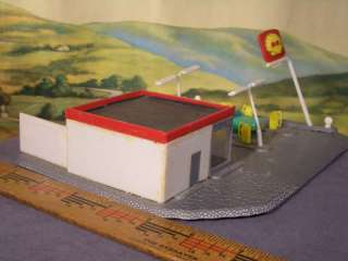 HO 187 Built Model 1960s SHELL GAS STATION with Pumps, Signs, Cars