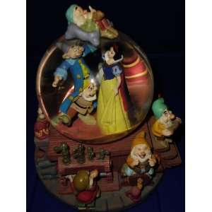 SNOW WHITE and the Seven Dwarfs Snow globe (1)   Musical